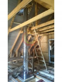 Проход дымоходом из нержавеющей стали чердачного помещения деревянного здания