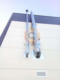 Монтаж двух дымоходов по фасаду здания