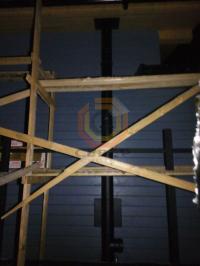 Установка дымоходной системы Schiedel Permetr Black снаружи загородного дома