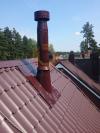 Проход кровельной системы здания окрашенным дымоходом и гидроизоляция прохода добавочным листом
