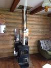 Установка печи-камина Jotul F3 TD BP  в загородном доме с экраном из нержаваеющей стали