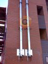 """Установка стального дымохода из нержавеющей стали на базе труб типа """"сендвич"""" по фасаду здания"""